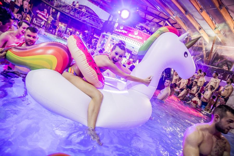 picture THE NIGHT POOL PARTY
